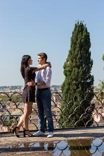 Romantic couple at the Pincio Gardens during a Vacation Photo Session